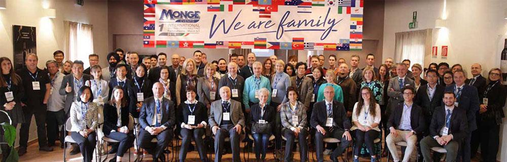 جلسه مدیران شرکت مونژه ؛ با شعار ما یک خانواده هستیم.